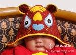 """chapéu de tigre com a inscrição王 """"rei"""" na fronte."""